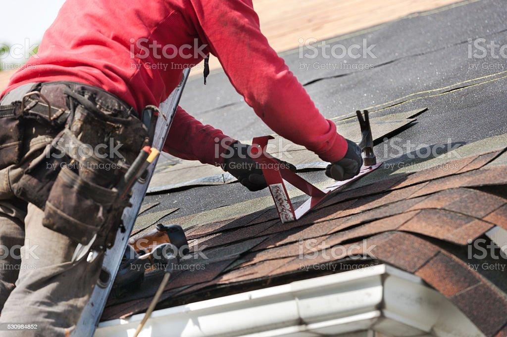 Dachdecker installieren eine neue auf Haus Dach – Foto