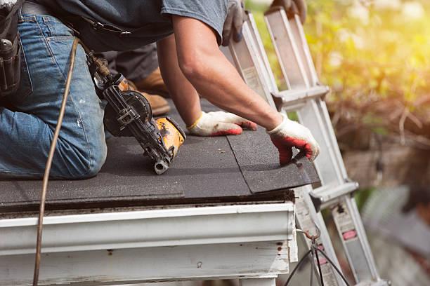 dekarzy instalacja nowego dachu w domu - naprawiać zdjęcia i obrazy z banku zdjęć