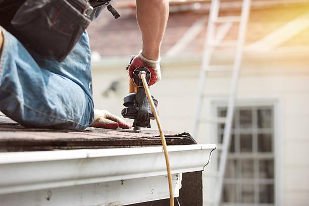 techadores instalar en el techo de la casa - foto de stock