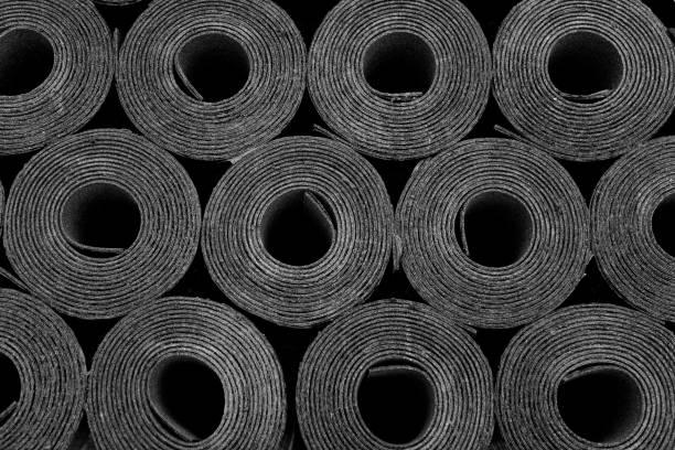 dakleer. rollen van bitumen - membraan stockfoto's en -beelden