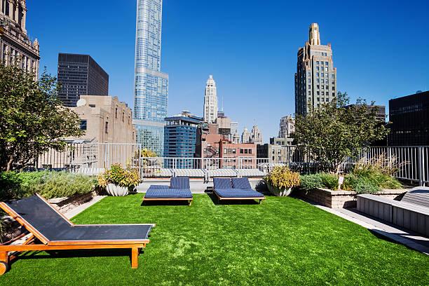garten auf dem dach in der loop, der innenstadt von chicago - dachgarten stock-fotos und bilder