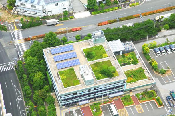 dachgärten tokio hochhäuser mit solarenergie panels - dachgarten stock-fotos und bilder