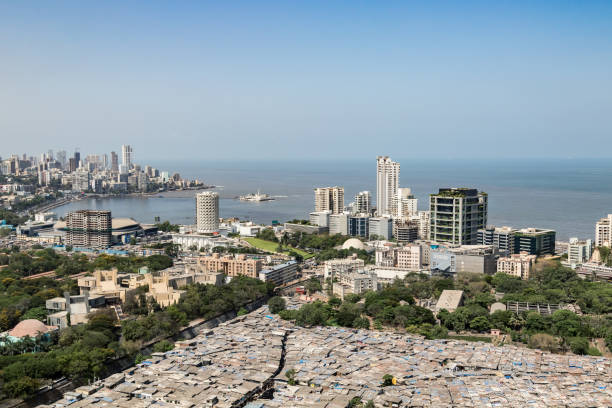 op het dak beeld van sloppenwijken, gebouwen en naburige gemeenschap - mumbai, maharashtra - mumbai stockfoto's en -beelden
