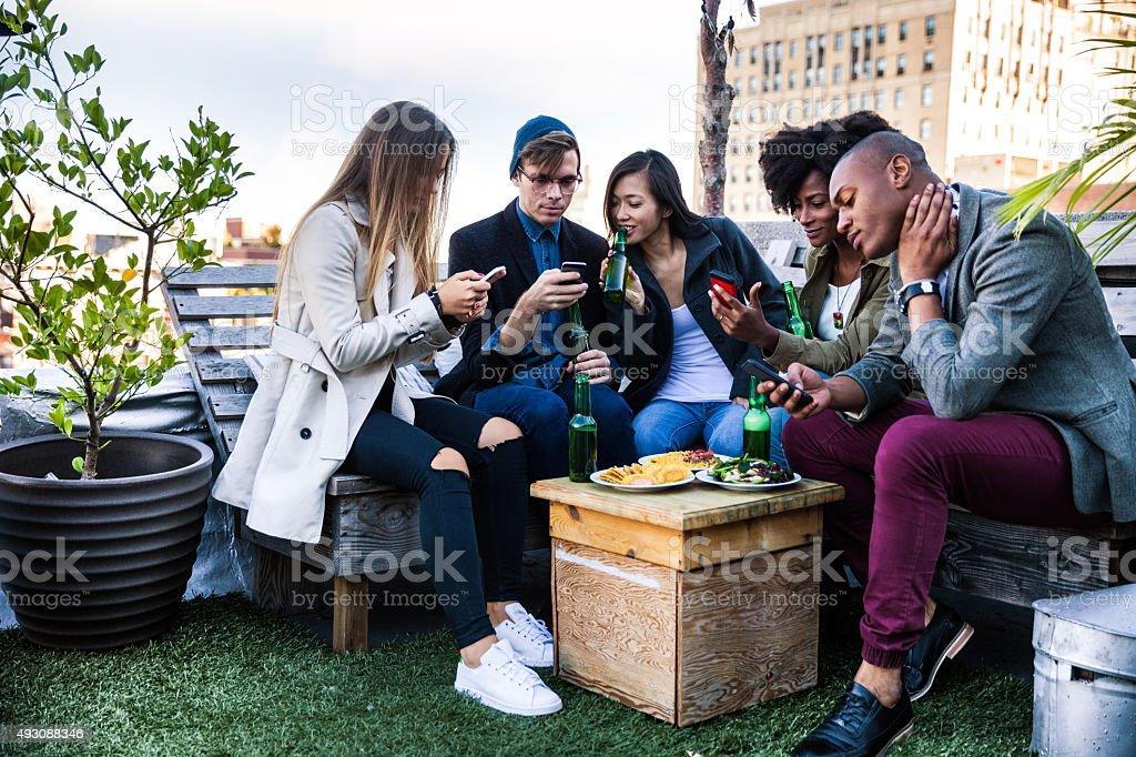 Fête sur le toit de l'hôtel avec vos amis à Manhattan, à New York - Photo