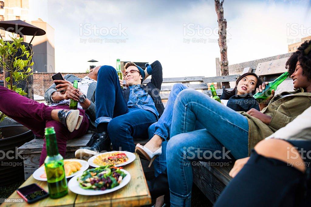 Dach-party mit Freunden in Manhattan, New York – Foto
