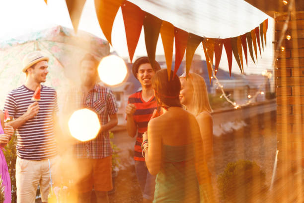 sommerfest auf dem dach - terrassen lichterketten stock-fotos und bilder