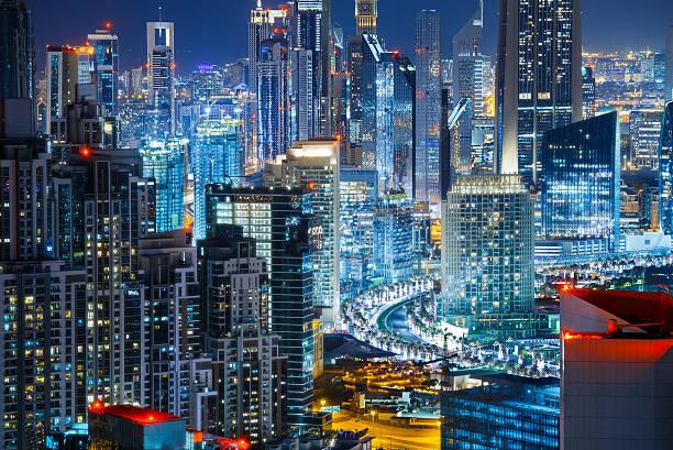 blick vom dach eine große, moderne stadt bei nacht. reisen hintergrund. - sheikh zayed road stock-fotos und bilder