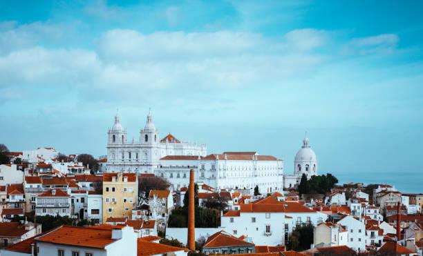rooftopspanorama der älteste stadtteil alfama in lissabon, portugal - kapverdische inseln stock-fotos und bilder
