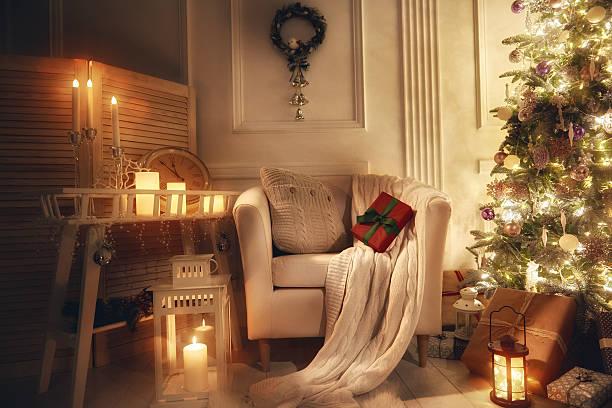 room decorated for christmas - weihnachtlich dekorieren stock-fotos und bilder
