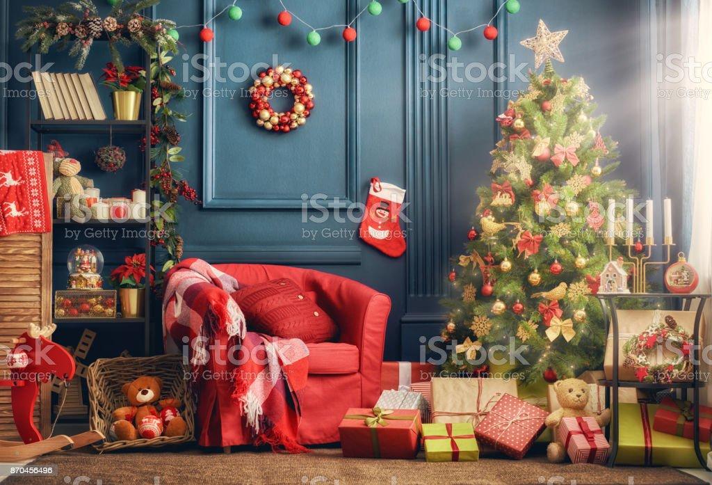 Zimmer für Weihnachten dekoriert – Foto