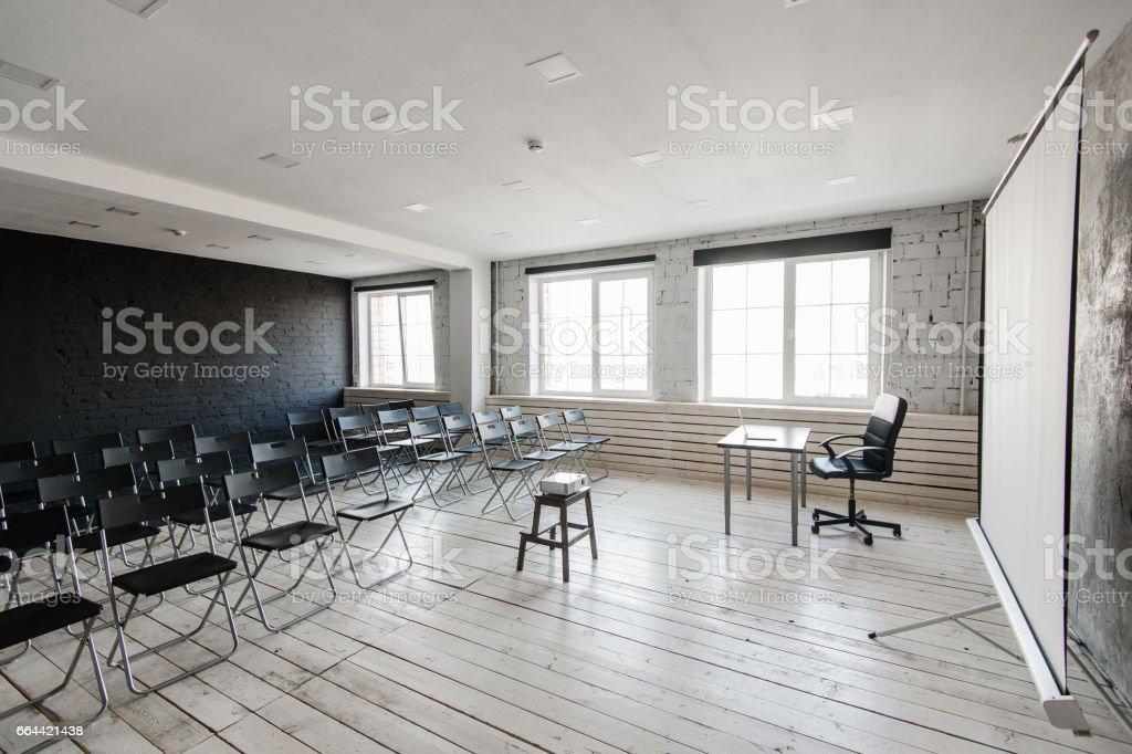 Raum Für Vortrag Mit Vielen Dunklen Stühlen Wände Sind Weiß Loft ...