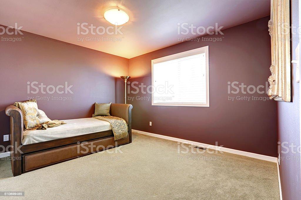 Camera Da Letto Con Divano : Camera di colore con divano in pelle bordeaux fotografie stock e