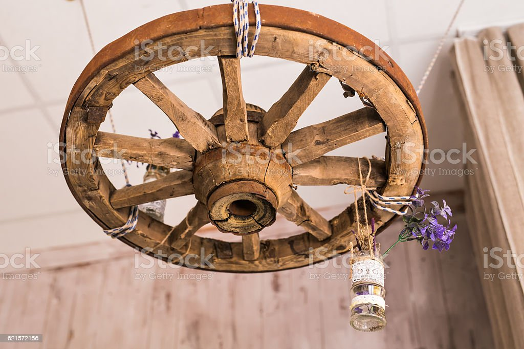 room interior in style a rustic with vintage wheel photo libre de droits