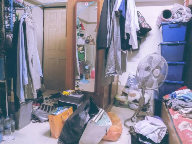 部屋はランドリーがクローゼットの中に管理できないすべての服の整頓 ストックフォト