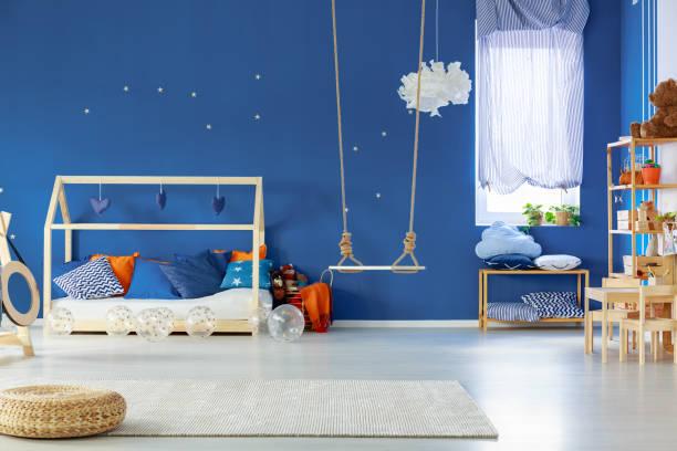 zimmer des kindes - marineblau schlafzimmer stock-fotos und bilder