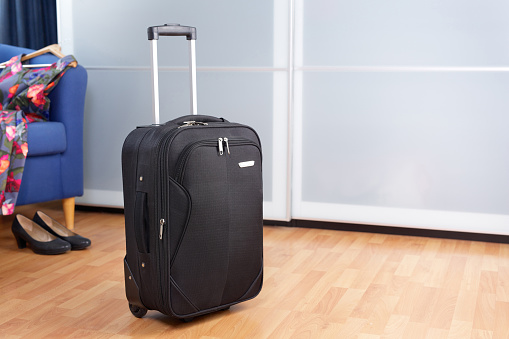 옷장 앞 검은 포장된 롤러 가방 룸 0명에 대한 스톡 사진 및 기타 이미지