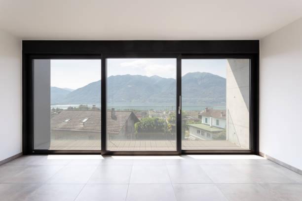 Zimmer mit schwarzem Fenster mit Blick auf den Lago Maggiore – Foto