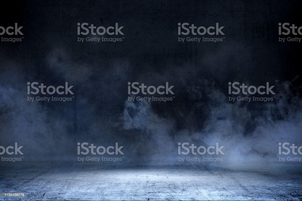 Habitación con suelo de hormigón y humo foto de stock libre de derechos