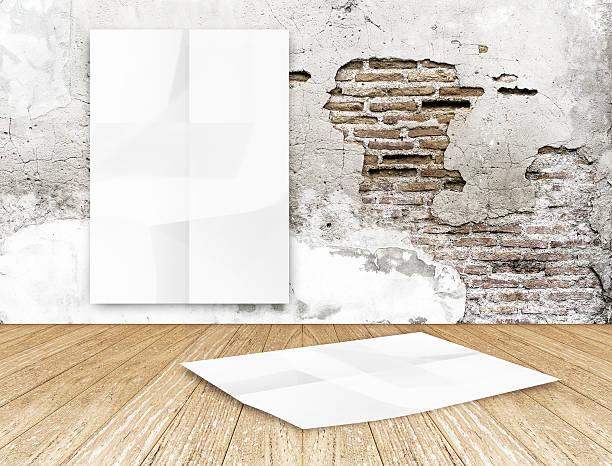 zimmer mit hängenden leere faltig weiße poster in riss brick - flyer inspiration stock-fotos und bilder