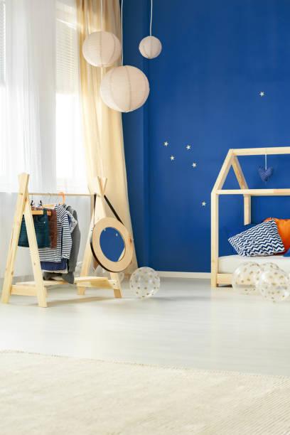 zimmer mit kinder-kleiderständer - marineblau schlafzimmer stock-fotos und bilder