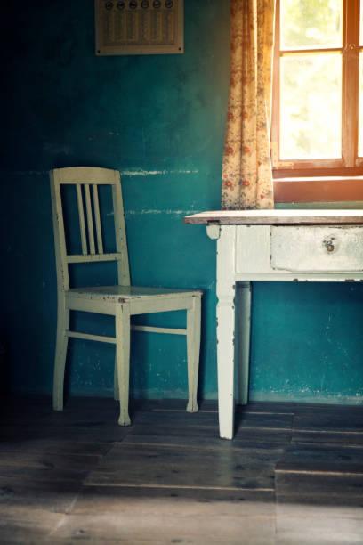 zimmer mit alten vintage sessel und tisch - landhausstil küche stock-fotos und bilder