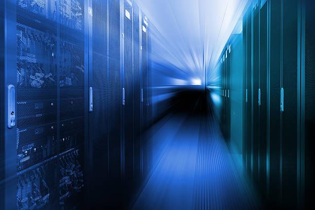 avec des rangées de matériel de serveurs dans un data center - présentateur photos et images de collection
