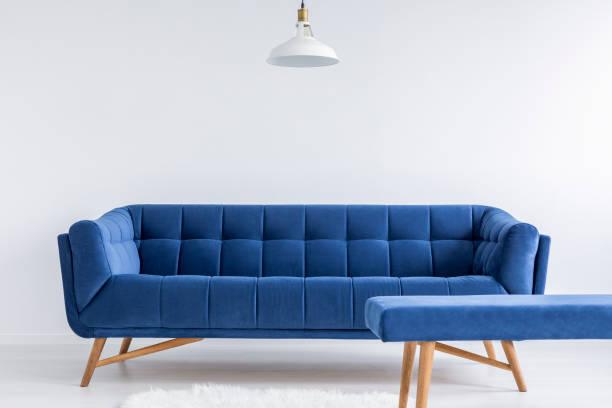 zimmer mit sofa vintage - gepolsterte bank stock-fotos und bilder