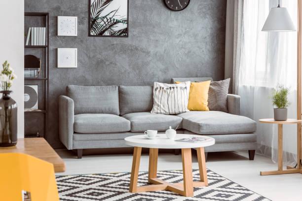 salle avec table basse en bois - architecture intérieure beton photos et images de collection