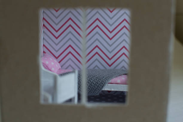 roombox mädchenzimmer in kleinerem maßstab - puppenhaus bücherregal stock-fotos und bilder