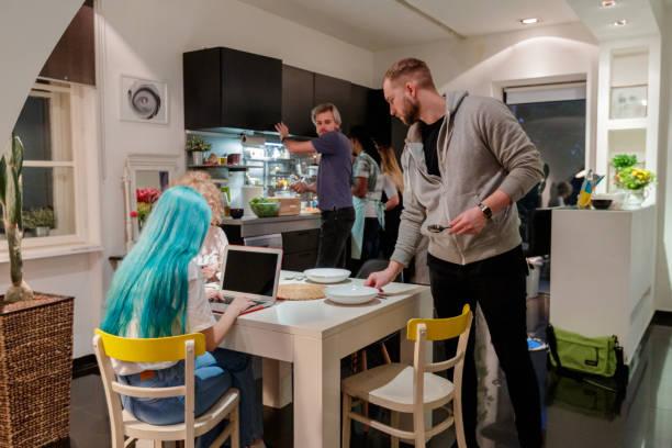 rums kamrater delar utrymme - working from home bildbanksfoton och bilder