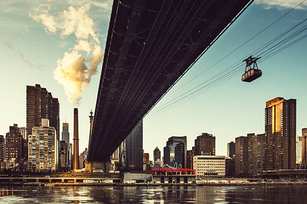 roosevelt island tram e queensboro bridge new york - linea tranviaria foto e immagini stock