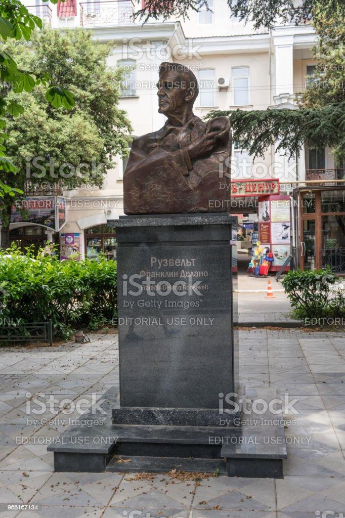 Roosevelt monument i skuggan av en lugn gränd. - Royaltyfri Affär Bildbanksbilder