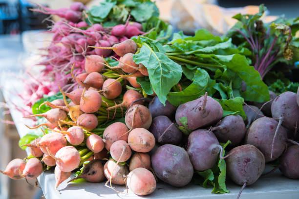 root vegetables at a farmers market - warzywo korzeniowe zdjęcia i obrazy z banku zdjęć