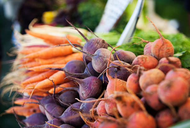 warzywa korzeniowe na rynku rolników - warzywo korzeniowe zdjęcia i obrazy z banku zdjęć