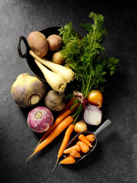 warzywa korzeniowe na klaps tle - warzywo korzeniowe zdjęcia i obrazy z banku zdjęć