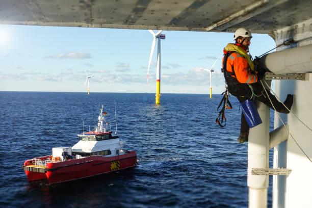 seilzugangstechniker machen inspektion, reparatur auf offshore-plattform mit transferbehälterschutz - wasser sicherheitsausrüstung stock-fotos und bilder