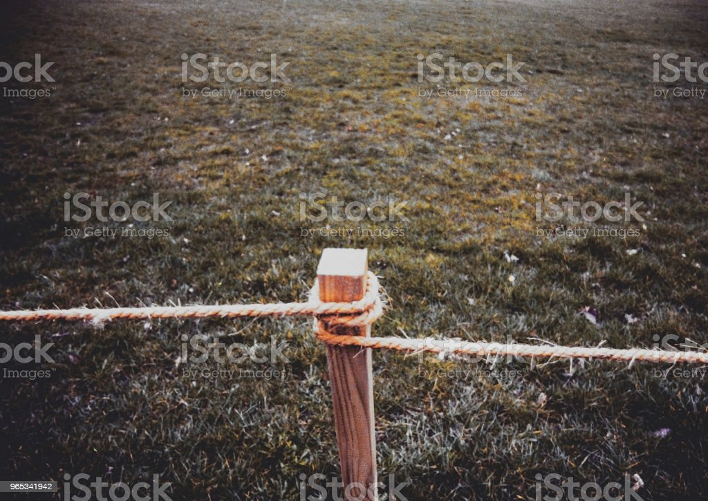 rope fence gate land border countryside farm zbiór zdjęć royalty-free