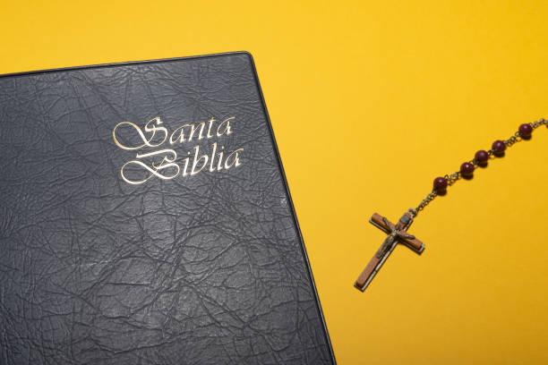 rosenkranzkreuz und santa biblia (heilige bibel auf spanisch) aus nächster nähe - achtsamkeit persönlichkeitseigenschaft stock-fotos und bilder
