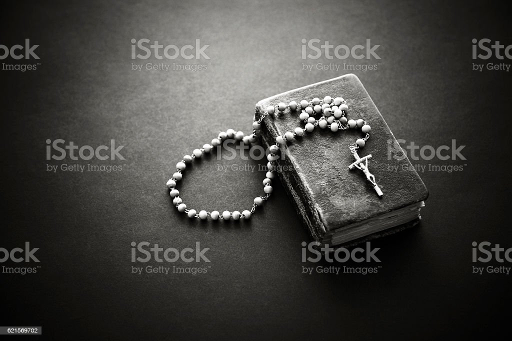 Rosary on the old Bible photo libre de droits