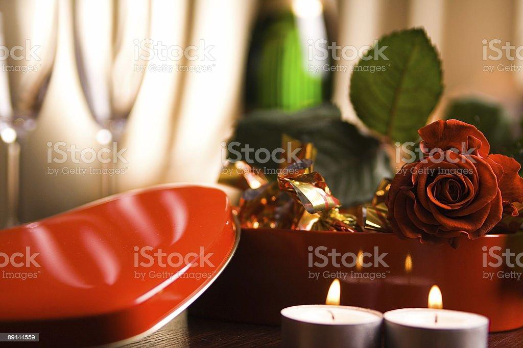 Rose et le dîner pour la Saint-Valentin photo libre de droits