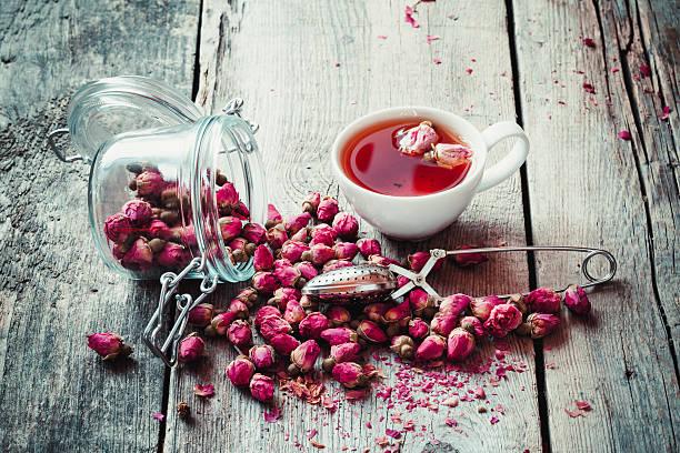 rosa knospen, teetasse, sieb und krug mit rosenknospen. - rosen tee stock-fotos und bilder