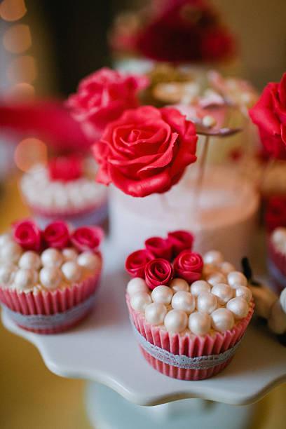rose tasse kuchen - brautparty kuchen stock-fotos und bilder