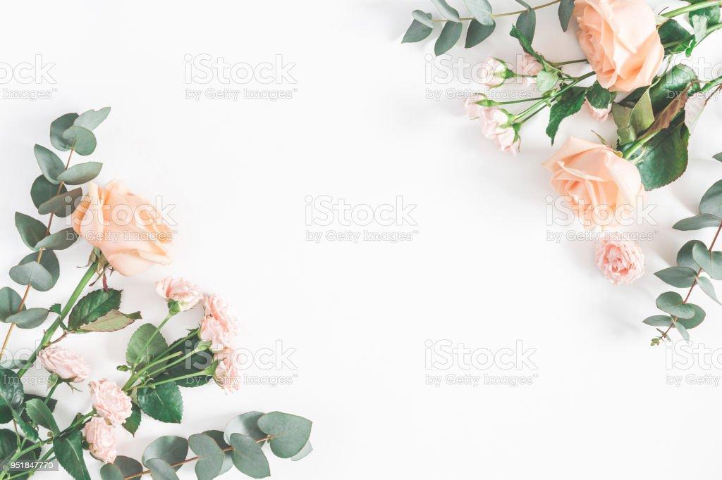 Rosenblüten und Eukalyptus Zweige. Flach legen, Top Aussicht – Foto