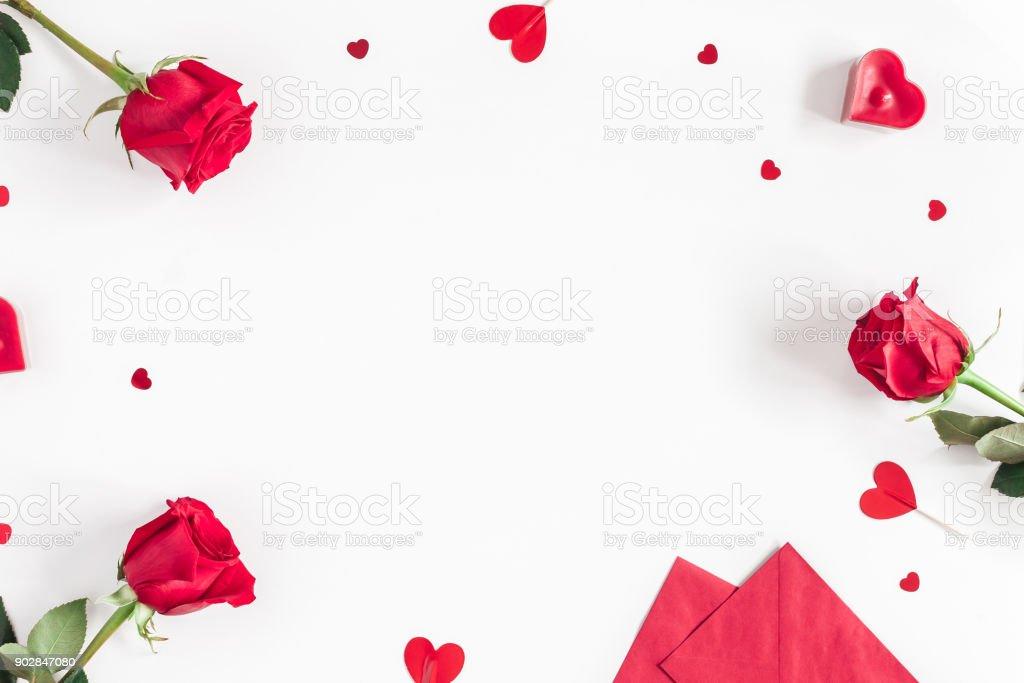 Rose flores, presentes, confetti. Dia dos namorados. Vista plana leiga, topo - foto de acervo