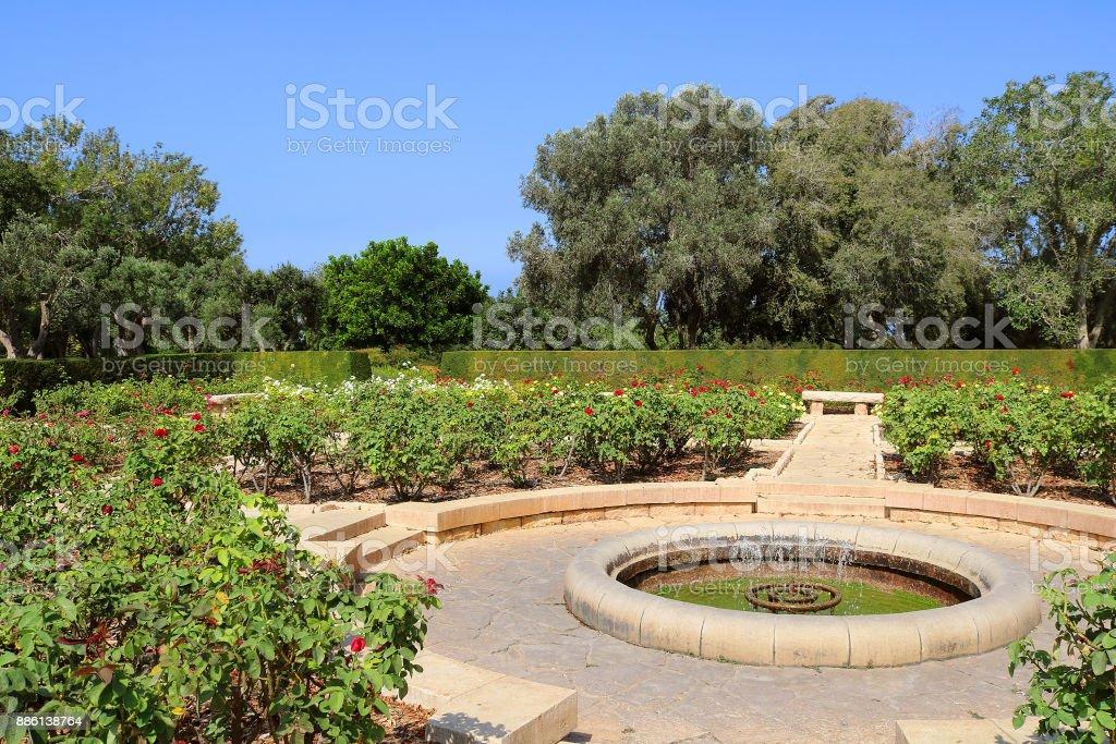 Jardim de rosas, Parque Ramat Hanadiv, Israel. O parque é um túmulo familiar do barão Edmond de Rothschild (1845-1934) e Baronesa Adelaide de Rothschild (1853-1935) - foto de acervo