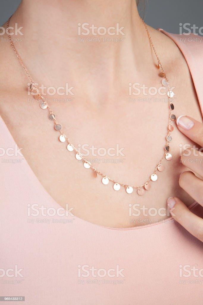 Rosa joias colar de ouro para as mulheres - foto de acervo