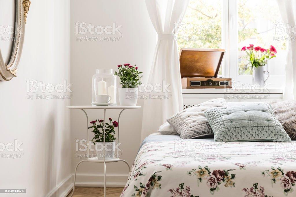 Rose Liebende Frau Schlafzimmer Mit Einem Bett Mit Blumen ...