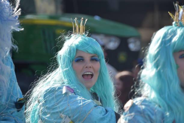 rose montag parade düsseldorf - karnevalskostüme köln stock-fotos und bilder