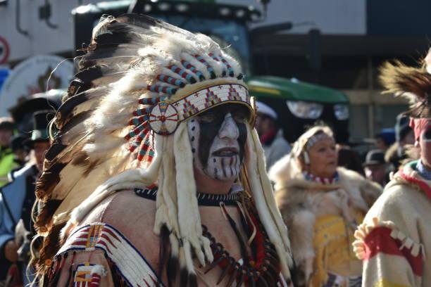 rose montag parade düsseldorf - indianer make up stock-fotos und bilder