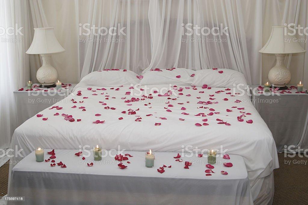 Camere Da Letto Romantiche Con Petali Di Rosa : Letto di petali di rosa fotografie stock e altre immagini di